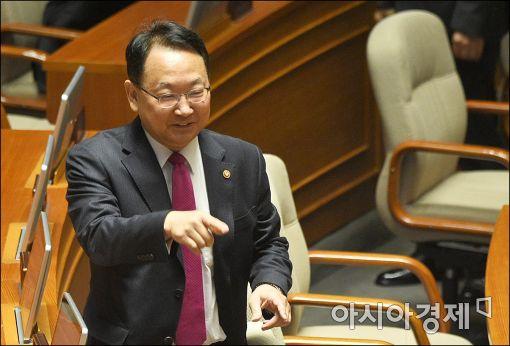 [고위공직자 신고 재산]유일호 부총리 8억…전년보다 1600만원↓