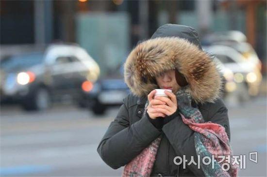 추운 날씨에 한 시민이 두꺼운 옷을 입고 걸어가고 있다. (사진=아시아경제 DB)