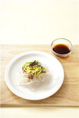 6. 큰 그릇에 모든 재료를 접시에 담고 초간장을 끼얹은 후 먹기 직전에 섞는다.