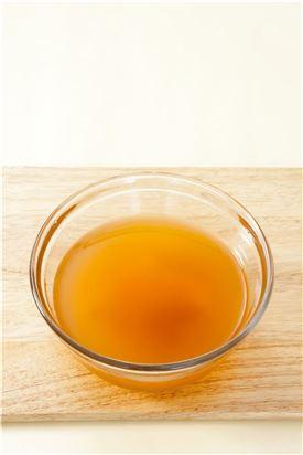 3. 볼에 물 5컵을 담고 고춧가루를 면포에 싸서 붉은색 물을 들이고 매실청과 소금을 넣어 섞는다. (Tip 붉은색은 홍고추를 곱게 갈아서 체에 걸러 사용해도 된다. 하지만 홍고추만 사용하면 풋내가 나니 고춧가루로 같이 사용하는 것이 더 맛있다.)