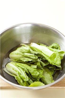 2. 물 2리터에 굵은 소금 1컵을 녹여 배춧잎 사이사이에 물을 끼얹어 소금물이 고루 들어가도록 한 다음 1시간 정도 절여 물에 씻어 채반에 받쳐 물기를 뺀다.