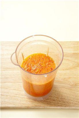 3. 양파와 배는 큼직하게 자르고 홍고추는 잘게 썰고 마늘과 생강은 껍질을 벗겨 믹서에 물 1컵을 함께 넣고 간다. (Tip 배가 없으면 넣지 않아도 된다.)