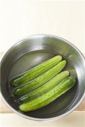 1. 오이는 굵은 소금으로 문질러 흐르는 물에 깨끗이 씻은 후 양끝을 남기고 칼집을 십자(+)로 넣는다.