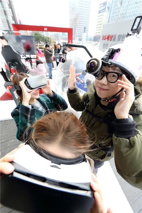 KT 직원들이 360도 VR카메라와 기어VR을 착용하고 시연하는 모습.(사진=KT)