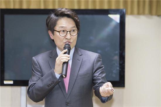 한규동 동장이 지난 1월29일 김우영 은평구청장에 대한 동 업무보고에서 마을설명서 책자를 활용, 'Book Talk ! 마을을 알면 즐거움이 보인다'라는 주제 북콘서트를 진행하고 있다.