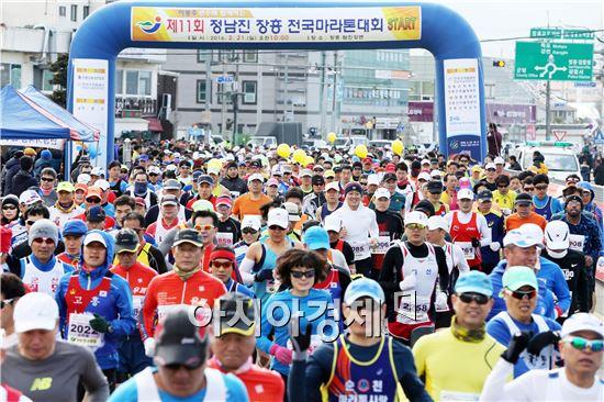 제11회 정남진 장흥 마라톤대회에 참석한  달림이들이 참석한 가운데  힘차게 달리고 있다. 노해섭 기자 nogary@