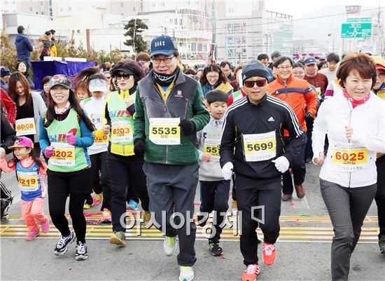제11회 정남진 장흥 마라톤대회가 21일 탐진강변 체육공원에서 4,000여명이 참석한 가운데 열렸다. 이날 이봉주 선수가 김성 장흥군수 등 참석자들과 힘께 힘차게 달리고 있다. 노해섭 기자 nogary@