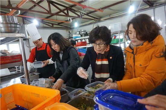 <순천 탑웨딩홀 임직원들이 대보름을 맞아 어려운 이웃에 전할 찰밥과 나물을 담고 있다.>