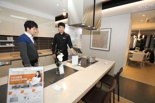 23일 오픈하는 홈씨씨인테리어 전시판매장 인천남동점에서 매장을 찾은 고객이 직원의 상담을 받고 있다.
