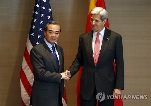 존 케리 미국 국무장관(오른쪽)과 왕이 중국 외교부장. (사진=연합뉴스)