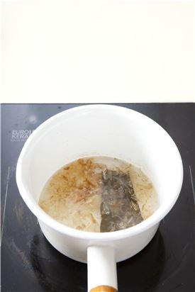 1. 물 1컵에 다시마를 넣고 1~2분 끓이다가 가다랑어포를 넣고 불을 끄고 국물만 준비한다.
