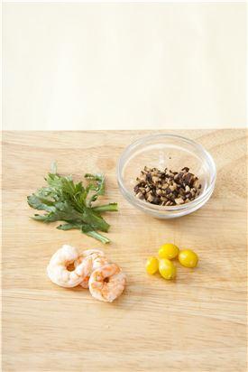 3. 새우는 끓는 물에 데쳐 물기를 빼고 표고버섯은 물에 불려 작게 썰고 은행은 껍질을 벗기고 쑥갓도 준비한다.