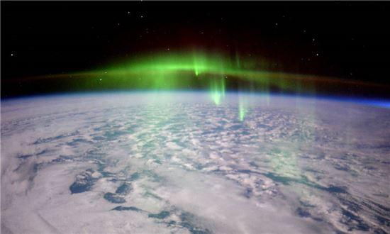 ▲우주에서 본 오로라. 국제우주정거장에서 내려다본 '초록 안개'…오로라.[사진제공=ESA/NASA]