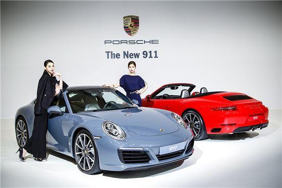 포르쉐 홍보모델들이 신형 911 카레라(왼쪽)와 911 카레라S(오른쪽) 출시를 기념해 차 옆에서 기념촬영을 하고 있다.