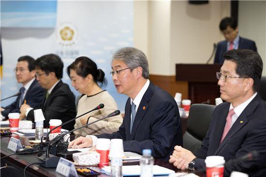 임종룡(왼쪽에서 네번째) 금융위원장이 모두발언을 하고 있다.