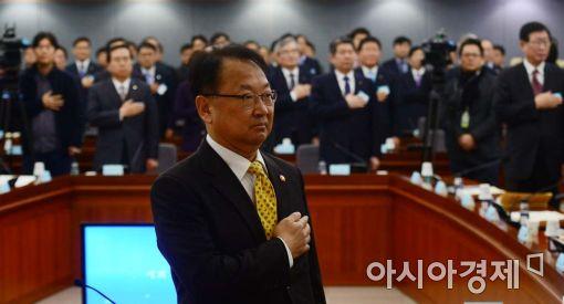 [포토]유일호, '신의 직장' 더 이상 없다며 성과연봉제 주문