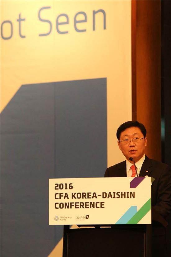 25일 여의도 콘래드호텔에서 2016 CFA-대신 컨퍼런스가 개최됐다. 나재철 대신증권 대표이사가 모두발언을 하고 있다.