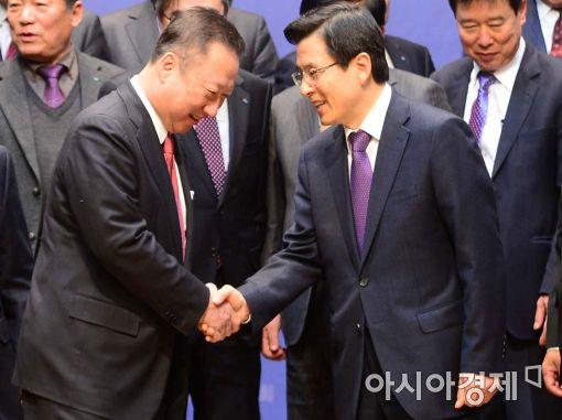 [포토]악수하는 황교안 총리-박용만 회장