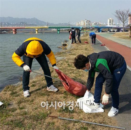 장흥군 CCTV통합관제센터 관제요원들이 '누리보듬'이라는 봉사단체를 결성하고 본격적인 활동에 들어갔다.