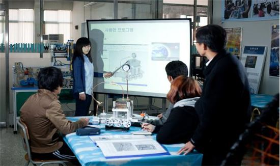 강원인력개발원 컴퓨터응용설계제작과에서 교육생이 프리젠테이션을 하고 있다.<사진제공=상의>