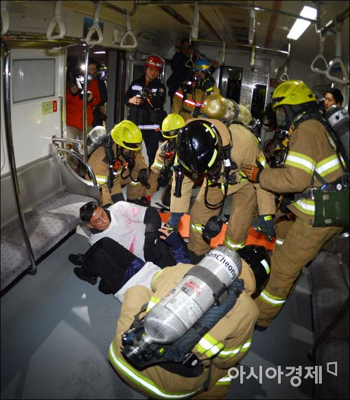 [포토]지하철 화재 구조 훈련