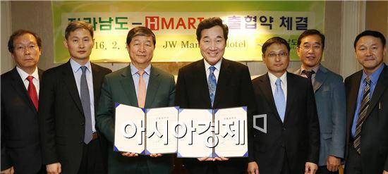 미국을 방문 중인 이낙연 전남지사가 25일(현지시간) JW메리어트 호텔에서 권중갑 H-MART 회장과 농수산식품 전반에 대한 1000만불 수출협약을 체결했다