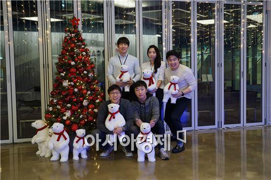 김강학 플런티 대표(뒷줄 맨 왼쪽)와 직원들