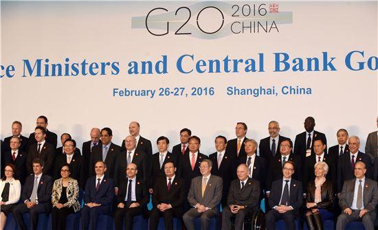 유일호 경제부총리 겸 기획재정부 장관(둘째줄 가운데)은 2월27일(현지시간) 중국 상해에서 열린 주요20개국(G20) 재무장관회의 및 중앙은행총재 회의에 참석한 회원국 재무장관들과 기념촬영을 하고 있다.