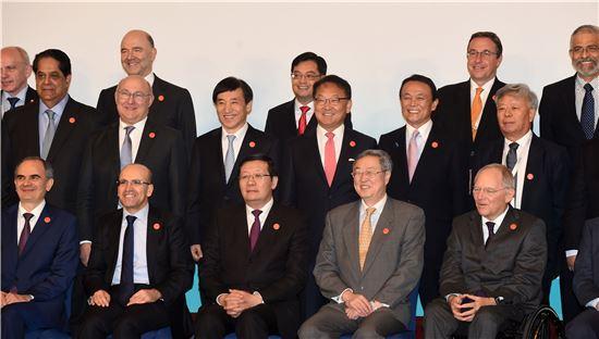 유일호 경제부총리 겸 기획재정부 장관(둘째줄 왼쪽 네번째)과 이주열 한국은행 총재(왼쪽 세번재)는 27일(현지시간) 중국 상해에서 열린 주요20개국(G20) 재무장관회의 및 중앙은행총재 회의에 참석한 회원국 재무장관들과 기념촬영을 하고 있다.