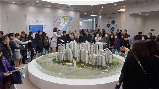 '래미안 파크스위트'의 견본주택이 마련된 서울 송파구 문정동 래미안갤러리를 찾은 방문객들이 단지 모형을 살펴보고 있다.