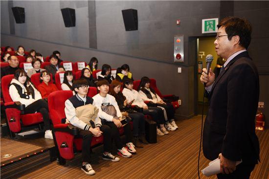 염태영 수원시장이 위안부 아픔을 그린 영화 귀향을 관람하기에 앞서 시민들과 이야기를 나누고 있다.