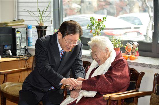 이재명 성남시장이 27일 광주 나눔의 집을 찾아 할머니와 손을 잡고 이야기를 나누고 있다.