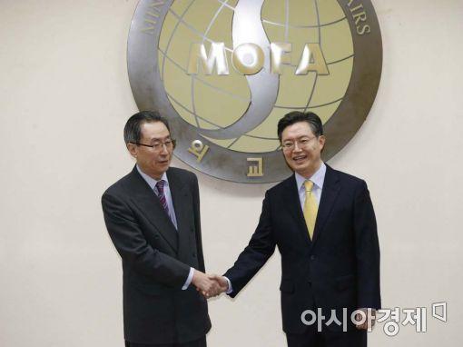 황준국 한반도평화교섭본부장(오른쪽)과 중국 측 수석대표인 우다웨이 한반도사무특별대표.