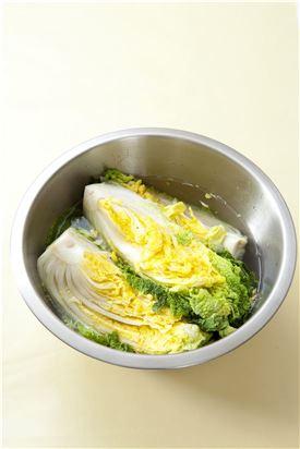 1. 배추는 반으로 갈라서 소금물에 절여 물기를 빼고 줄기 부분은 소금을 약간씩 덧뿌려 재빨리 절인다.