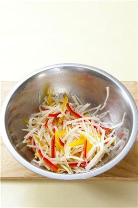 4. 무에 소금을 약간 뿌려 절여 배, 파프리카를 넣어 섞고 마늘, 생강, 미나리, 쪽파를 넣어 섞는다.
