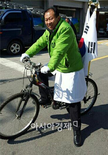 국민의당 이성호 전북 남원·순창·임실 예비후보는 1일 삼일절을 기념해 자전거에 태극기를 꽂고 남원 시내를 돌며 3·1운동정신을 다시금 되새기는 시간을 가졌다. 사진=이성호