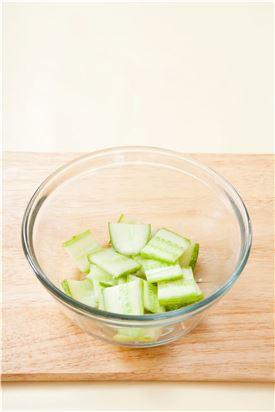 1. 오이는 껍질을 소금에 문질러 씻어 2cm 길이로 토막 내어 납작하게 썰고 굵은소금에 10분 정도 절인다. (Tip 절인 오이는 씻지 않고 그대로 사용한다.)