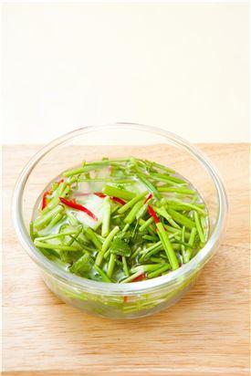 6. 김치통에 담아 실온에 반나절 정도 익혀 냉장고에 보관해 두고 먹는다.