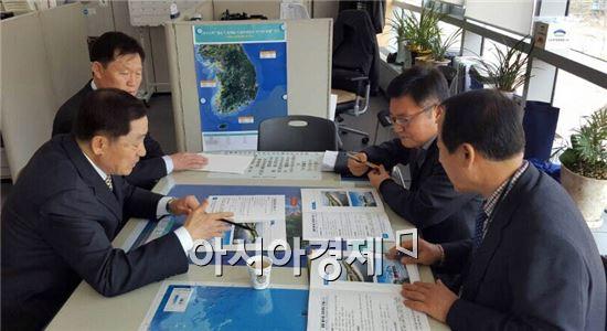 안병호(왼쪽) 함평군수가 해양수산부를 방문해 노진관(오른쪽 뒤) 연안계획과장에게 함평해수찜 치유센터 건립사업을 설명하고 있다.