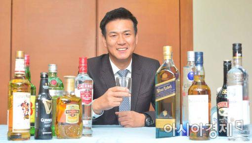 조길수 디아지오코리아 사장은 선천적으로 술을 마시지 못한다. 하지만 0에 가까운 그의 주량이 주류회사 경영에는 오히려 장점으로 부각될 수 있다고 자신한다. 조 사장이 아시아경제와 인터뷰에 앞서 '조니워커 블루라벨''윈저' 등 회사 대표 제품들과 함께 포즈를 취하고 있다.