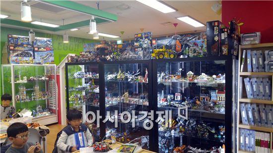 레고카페 플레고에 다양한 레고와 프라모델들이 전시돼있다.