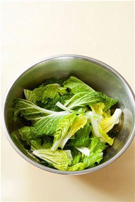 1. 솎음배추는 길이로 먹기 좋게 썰어 씻은 다음 굵은소금을 뿌려 30분 정도 절였다가 물기를 완전히 뺀다.
