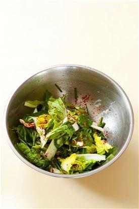4. 볼에 솎음배추와 부추, 실파를 넣고 밀가루풀과 고춧가루를 넣어 버무린다.