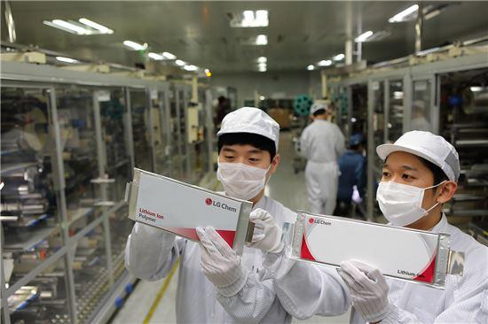 LG화학 오창 공장 전기차 배터리 생산라인에서 직원들이 생산된 셀을 점검하고 있다.