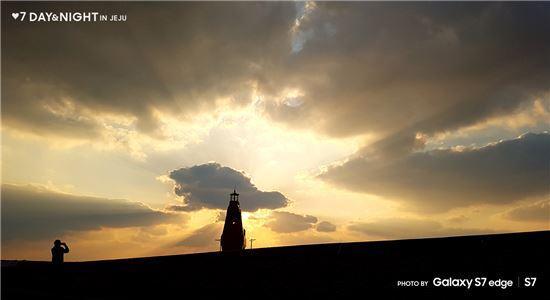 갤럭시S7으로 촬영한 안태영 작가의 '황금빛 하늘 속'