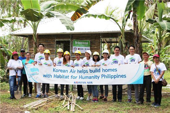 대한항공 마닐라 지점 직원들이 사랑의 집 짓기 봉사활동을 펼치고 기념 촬영을 하고 있다.