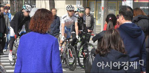 """[포토]""""자전거는 끌고 가세요~"""""""