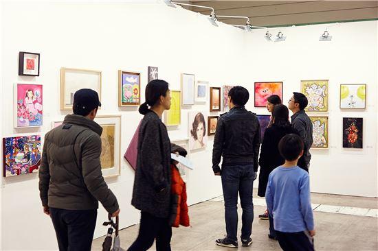 34회 화랑미술제에 나온 작품들을 감상하는 관람객들.