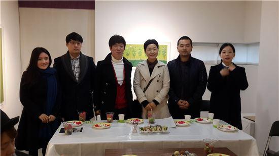 '예감'전에 참여한 여섯 명의 작가들. 이영지, 남재현, 이상원, 문선미, 문호, 이영지 작가.(왼쪽부터)