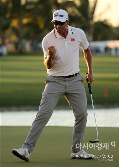아담 스콧이 캐딜락챔피언십 최종일 18번홀에서 '우승 파'를 성공시킨 뒤 환호하고 있다. 마이애미(美 플로리다주)=Getty images/멀티비츠